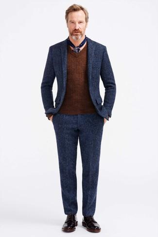 Emparejar un jersey de pico marrón de El Ganso con un traje de lana azul marino es una opción estupenda para una apariencia clásica y refinada. Dale onda a tu ropa con botas formales de cuero negras.