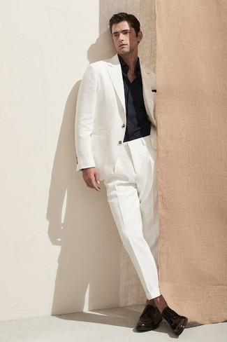 Outfits hombres estilo elegante: Empareja un traje blanco con una camisa de manga larga azul marino para una apariencia clásica y elegante. Zapatos derby de cuero en marrón oscuro son una opción incomparable para complementar tu atuendo.