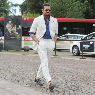 Cómo combinar un traje de rayas verticales blanco: Intenta ponerse un traje de rayas verticales blanco y una camisa de manga larga de cambray azul para después del trabajo. Zapatos con hebilla de cuero negros dan un toque chic al instante incluso al look más informal.
