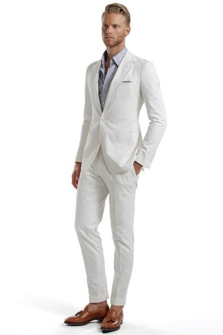 Cómo combinar: traje de seersucker blanco, camisa de manga larga de paisley gris, mocasín con borlas de cuero marrón, pañuelo de bolsillo gris