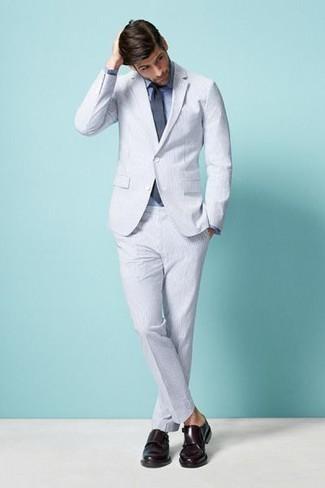 Cómo combinar: traje de seersucker blanco, camisa de vestir azul, zapatos con doble hebilla de cuero burdeos, corbata en gris oscuro