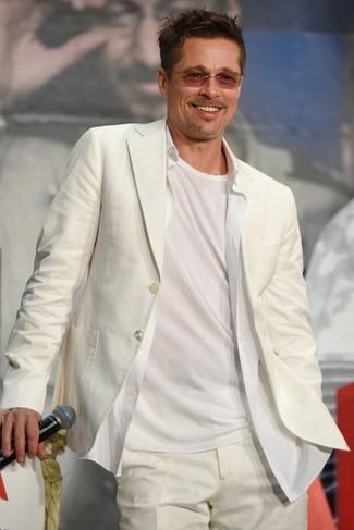 Cómo combinar: traje blanco, camisa de vestir blanca, camiseta con cuello circular blanca