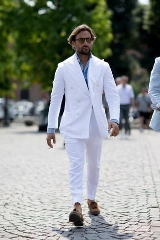 Look de moda: Traje blanco, Camisa de vestir celeste, Mocasín con borlas de ante marrón, Gafas de sol marrónes