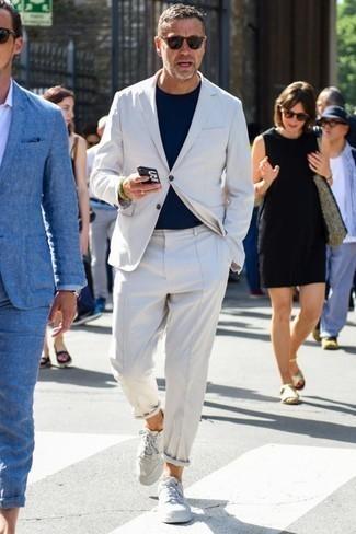 Cómo combinar una camiseta con cuello circular: Utiliza una camiseta con cuello circular y un traje blanco para un lindo look para el trabajo. Si no quieres vestir totalmente formal, elige un par de tenis de cuero blancos.