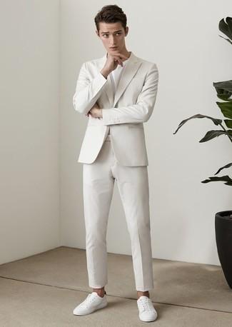 Cómo combinar unos tenis de cuero blancos estilo casual elegante: Emparejar un traje blanco junto a una camiseta con cuello circular blanca es una opción estupenda para un día en la oficina. Si no quieres vestir totalmente formal, elige un par de tenis de cuero blancos.