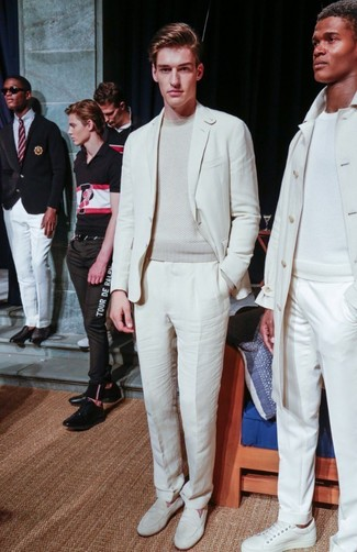 Cómo combinar: traje blanco, jersey con cuello circular en beige, mocasín de cuero blanco