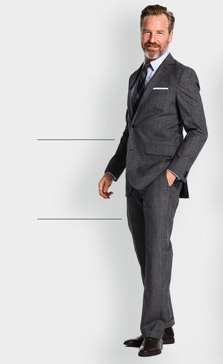 Cómo combinar: traje de tartán en gris oscuro, blazer de rayas verticales azul marino, camisa de vestir celeste, zapatos oxford de cuero en marrón oscuro