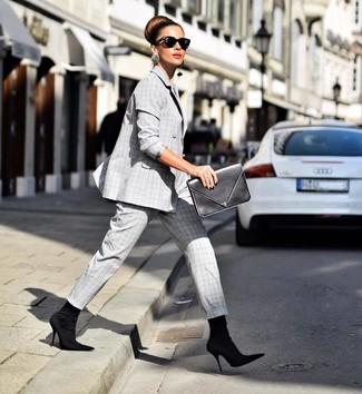 Cómo combinar: traje de tartán gris, botines de elástico negros, cartera sobre de cuero negra, gafas de sol negras