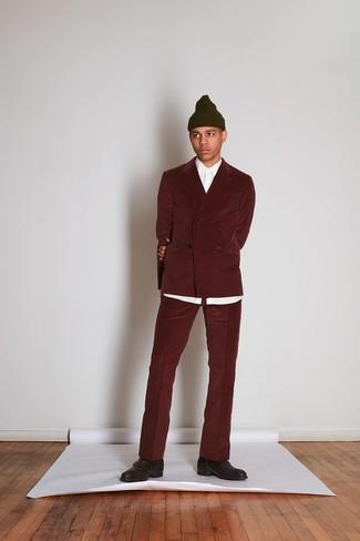 Cómo combinar: traje de pana burdeos, camisa de vestir blanca, zapatos con hebilla de cuero en marrón oscuro, gorro verde oliva