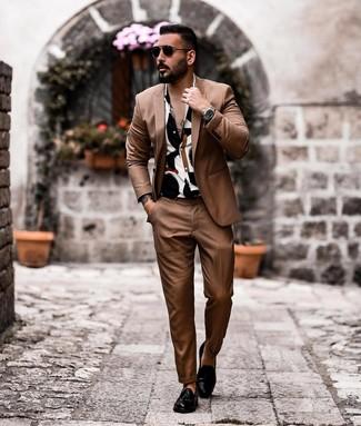 Cómo combinar: traje marrón, camisa de manga corta estampada en blanco y negro, mocasín con borlas de cuero negro, gafas de sol negras