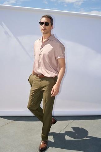 Outfits hombres estilo elegante: Considera emparejar un traje verde oliva con una camisa de manga corta rosada para un perfil clásico y refinado. Mocasín de cuero marrón levantan al instante cualquier look simple.