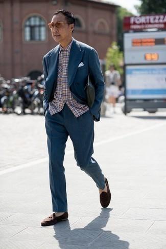 Cómo combinar un traje en verde azulado: Intenta combinar un traje en verde azulado junto a una camisa de manga corta de tartán en multicolor para crear un estilo informal elegante. Con el calzado, sé más clásico y elige un par de mocasín de ante en marrón oscuro.