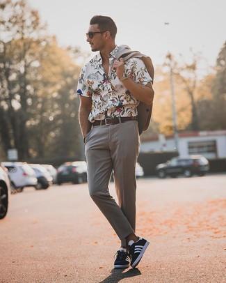 Cómo combinar: traje gris, camisa de manga corta con print de flores blanca, tenis en azul marino y blanco, correa de cuero en marrón oscuro
