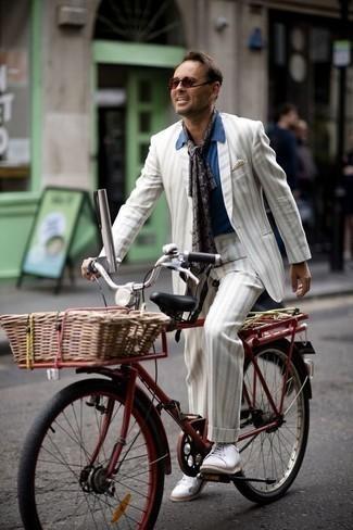 Look de moda: Traje de rayas verticales blanco, Camisa de manga corta azul, Tenis de lona blancos, Pañuelo de bolsillo en beige