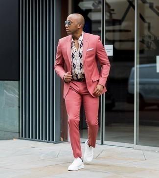 Cómo combinar unos tenis de lona en blanco y azul marino: Empareja un traje rosa con una camisa de manga corta estampada en beige para una apariencia clásica y elegante. Tenis de lona en blanco y azul marino contrastarán muy bien con el resto del conjunto.