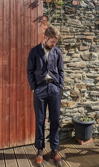 Cómo combinar un traje azul marino: Emparejar un traje azul marino junto a una camisa de manga corta en beige es una opción perfecta para una apariencia clásica y refinada. Zapatos brogue de cuero en multicolor son una opción práctica para completar este atuendo.