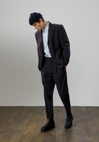 Cómo combinar una camisa de manga corta celeste: Utiliza una camisa de manga corta celeste y un traje negro para un perfil clásico y refinado. ¿Te sientes valiente? Opta por un par de zapatos derby de cuero gruesos negros.