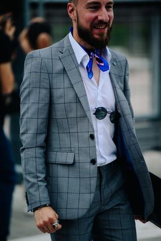 Cómo combinar: traje a cuadros gris, camisa de manga larga blanca, bandana azul, gafas de sol negras