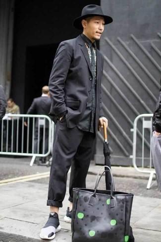 Cómo combinar unas deportivas en negro y blanco: Casa un traje negro junto a una camisa de manga larga con print de flores negra para una apariencia clásica y elegante. Si no quieres vestir totalmente formal, completa tu atuendo con deportivas en negro y blanco.