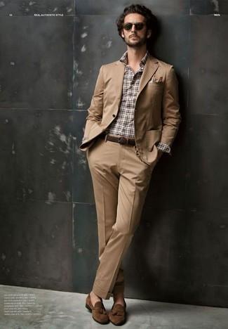 Cómo combinar: traje marrón claro, camisa de manga larga de tartán en blanco y marrón, mocasín con borlas de ante marrón, pañuelo de bolsillo en blanco y marrón