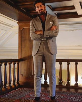 Cómo combinar un mocasín con borlas de ante en tabaco: Empareja un traje de tartán marrón con una camisa de manga larga negra para el after office. ¿Te sientes valiente? Haz mocasín con borlas de ante en tabaco tu calzado.