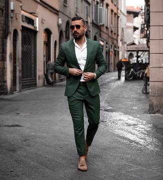 Cómo combinar: traje verde oscuro, camisa de manga larga blanca, mocasín con borlas de ante marrón, correa de cuero en marrón oscuro