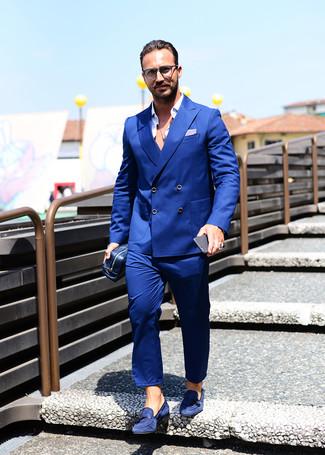 Cómo combinar un traje azul: Accede a un refinado y elegante estilo con un traje azul y una camisa de manga larga blanca. Mocasín con borlas de ante azul marino son una opción estupenda para complementar tu atuendo.