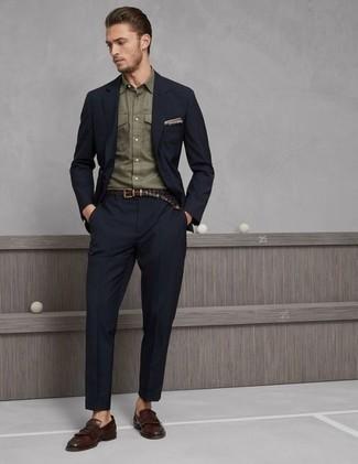 Cómo combinar un traje azul marino: Ponte un traje azul marino y una camisa de manga larga verde oliva para rebosar clase y sofisticación. Mocasín de cuero сon flecos marrón son una opción excelente para completar este atuendo.
