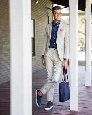 Cómo combinar: traje en beige, camisa de manga larga estampada azul marino, tenis de cuero azul marino, bolsa tote de lona azul marino