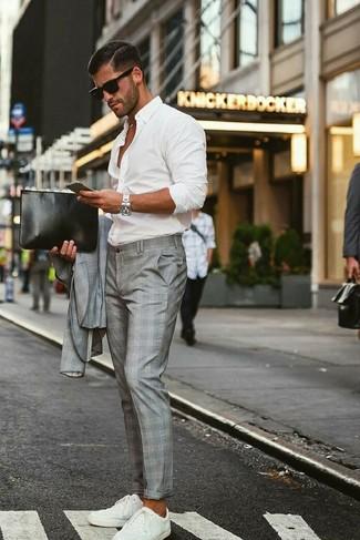 Cómo combinar: traje de tartán gris, camisa de manga larga blanca, tenis blancos, bolso con cremallera de cuero negro
