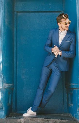 Cómo combinar: traje azul, camisa de manga larga a lunares blanca, zapatillas plimsoll blancas, pañuelo de bolsillo blanco