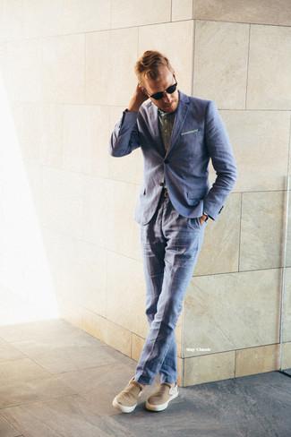 Cómo combinar una camisa de manga larga verde oliva: Ponte una camisa de manga larga verde oliva y un traje azul para un perfil clásico y refinado. Zapatillas slip-on marrón claro añadirán un nuevo toque a un estilo que de lo contrario es clásico.