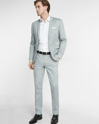 Cómo combinar: traje gris, camisa de manga larga blanca, zapatos brogue de cuero negros, pañuelo de bolsillo blanco