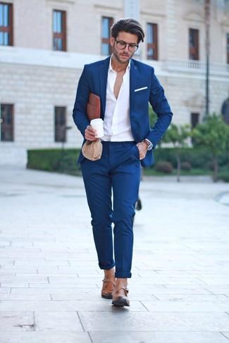 Cómo combinar un bolso con cremallera de cuero marrón: Utiliza un traje azul marino y un bolso con cremallera de cuero marrón para un look diario sin parecer demasiado arreglada. ¿Te sientes valiente? Elige un par de zapatos con hebilla de cuero marrón claro.