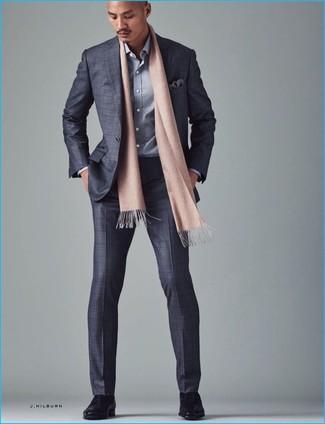 Cómo combinar: traje a cuadros gris, camisa de manga larga gris, zapatos derby de cuero negros, pañuelo de bolsillo estampado gris