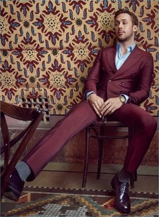 Look de Ryan Gosling: Traje Burdeos, Camisa de Manga Larga Celeste, Zapatos Derby de Cuero Morado Oscuro, Reloj Dorado