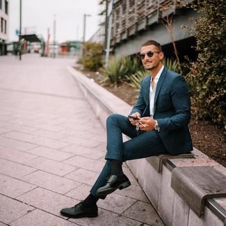 Cómo combinar: traje de lana en verde azulado, camisa de manga larga blanca, zapatos derby de cuero negros, gafas de sol negras