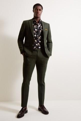 Cómo combinar: traje verde oscuro, camisa de manga larga con print de flores negra, zapatos derby de cuero burdeos, pañuelo de bolsillo mostaza