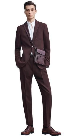 Cómo combinar una correa de cuero en marrón oscuro: Para crear una apariencia para un almuerzo con amigos en el fin de semana intenta combinar un traje en marrón oscuro con una correa de cuero en marrón oscuro. ¿Te sientes valiente? Usa un par de zapatos derby de cuero en marrón oscuro.