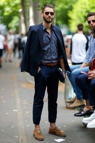 Outfits hombres: Luce lo mejor que puedas en un traje azul marino y una camisa de manga larga estampada azul marino. Dale un toque de elegancia a tu atuendo con un par de zapatos derby de ante marrónes.