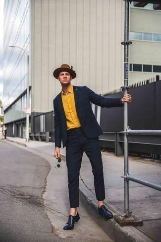Cómo combinar un sombrero de lana marrón: Casa un traje a cuadros azul marino junto a un sombrero de lana marrón para una vestimenta cómoda que queda muy bien junta. Dale un toque de elegancia a tu atuendo con un par de zapatos oxford de cuero azul marino.