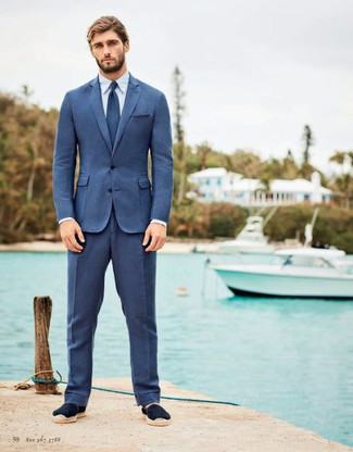 Cómo combinar: traje azul, camisa de vestir blanca, alpargatas de ante azul marino, corbata azul