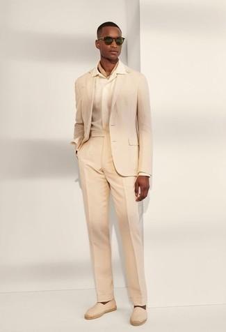 Cómo combinar unas alpargatas: Ponte un traje en beige y una camisa de vestir en beige para un perfil clásico y refinado. Si no quieres vestir totalmente formal, complementa tu atuendo con alpargatas.