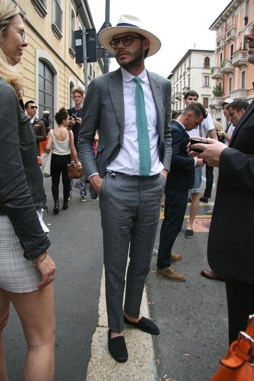Look de moda Traje Gris, Camisa de Vestir Blanca, Alpargatas de Ante Negras, Sombrero Beige