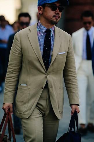 Cómo combinar: traje en beige, camisa de vestir de cuadro vichy azul, bolsa tote de lona verde oliva, gorra de béisbol azul