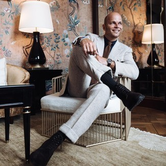 Moda para hombres de 40 años: Usa un traje de lana gris y una camisa de vestir azul marino para un perfil clásico y refinado.