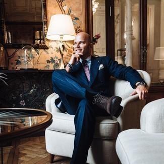 Moda para hombres de 40 años: Utiliza una camisa de vestir de rayas verticales en blanco y azul para una apariencia clásica y elegante.