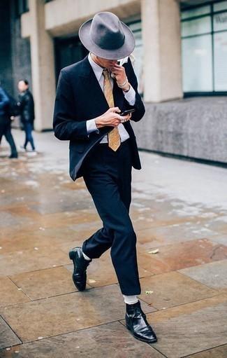 Cómo combinar unas botas formales de cuero negras: Emparejar un traje azul marino junto a una camisa de vestir blanca es una opción buena para una apariencia clásica y refinada. Botas formales de cuero negras son una opción inigualable para complementar tu atuendo.