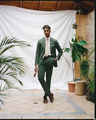 Cómo combinar: traje de seersucker verde oscuro, camisa de vestir blanca, botas safari de ante en marrón oscuro, corbata estampada en beige