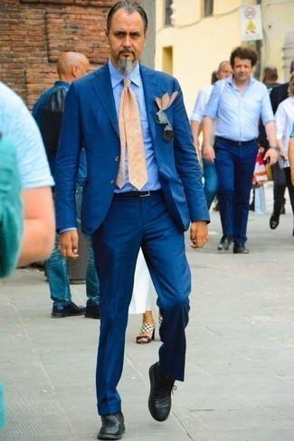 Cómo combinar unas botas safari de cuero negras: Casa un traje azul con una camisa de vestir de rayas verticales celeste para rebosar clase y sofisticación. Si no quieres vestir totalmente formal, haz botas safari de cuero negras tu calzado.